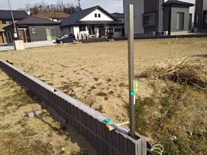 端のフェンス支柱を立てる2