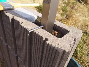 端のフェンス支柱を立てる