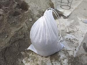 土嚢袋に砂を詰めました