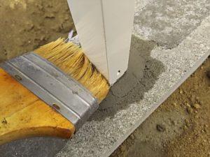柱に付いたモルタルを掃除する