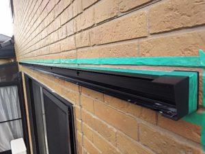 外壁にマスキングテープを貼る