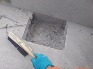 周りのコンクリート片を掃除する