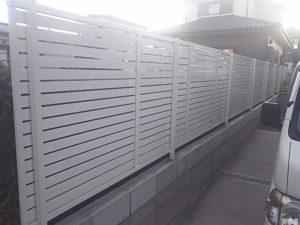プレスタフェンス7Y型アイボリーホワイト施工例1