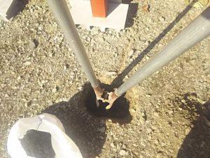 柱を立てる穴を掘る