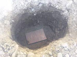 コンパネを穴の中に敷く