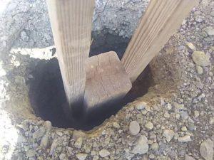 穴の中を突き固める