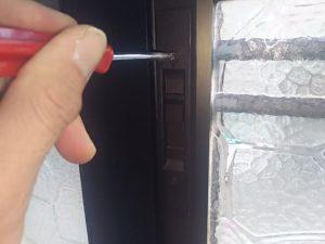玄関の鍵を緩めます