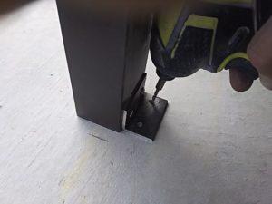 脚→コンクリートの順で固定する