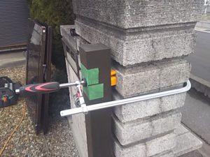門扉の柱はクランプで固定