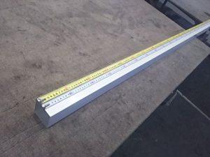 角材に引っかけて測定する
