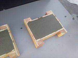 防凍剤入りのモルタルを右側の型枠に流す