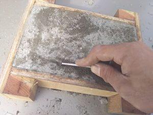 防凍剤無しのモルタルから引っ掻いてみます。