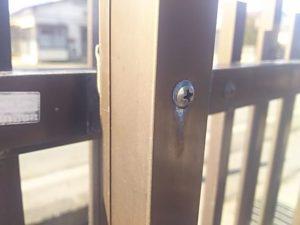 フェンスと柱を固定しているビスを緩める
