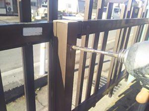 フェンスと柱を固定しているビスを緩める2