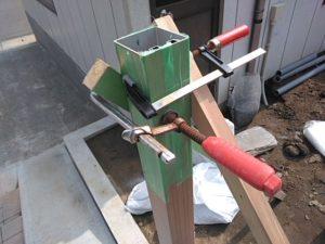 柱を木の棒で固定